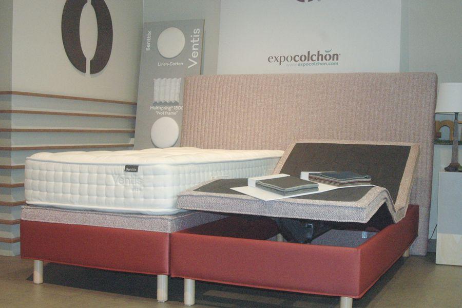Cama articulada tapizada y colchón antiescaras